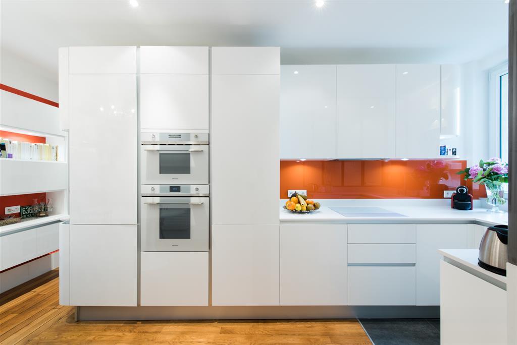 Meubles blancs laqués et crédence en verre orange SK concept Paris