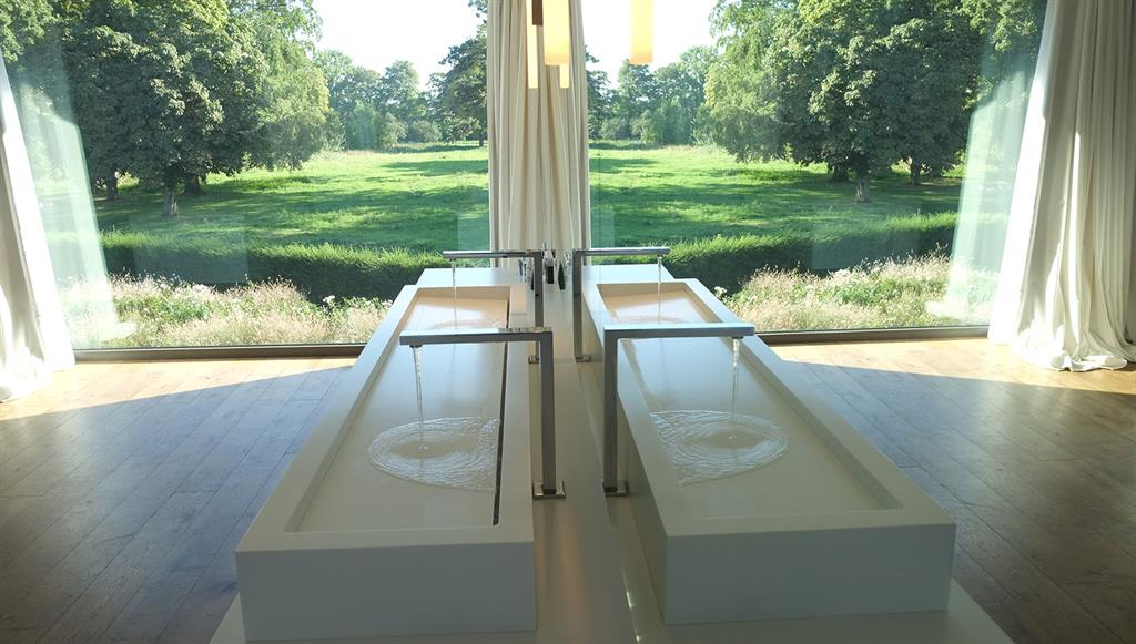 Image Salle de bains avec miroir donnant sur verger GUILLAUME DA SILVA