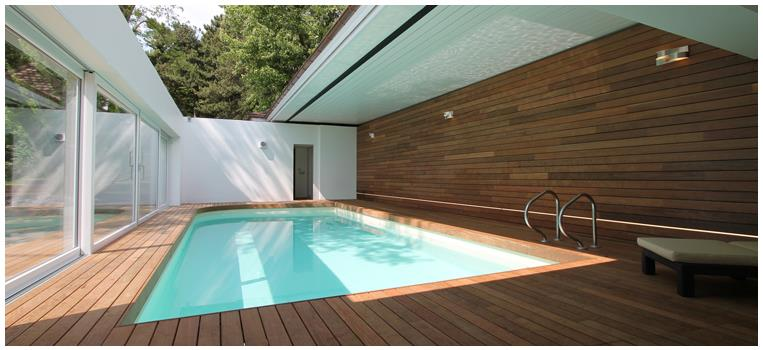 Piscine semi couverte avec plage en bois vincent d 39 altilia for Piscine design plage