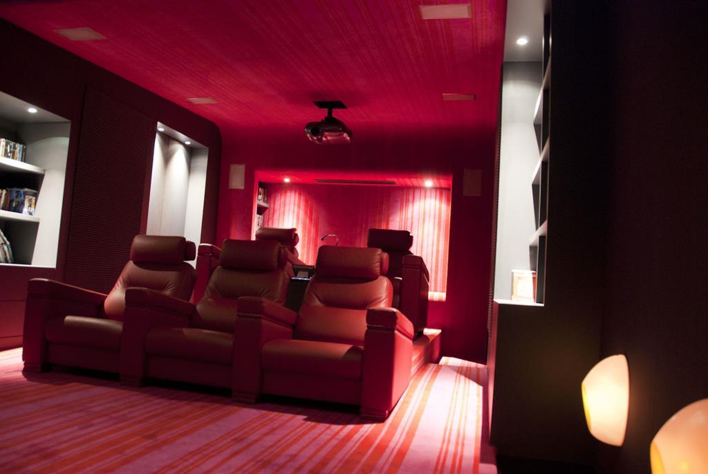 Home cin ma avec confortables fauteuils en cuir rouge - Fauteuil rouge cinema ...