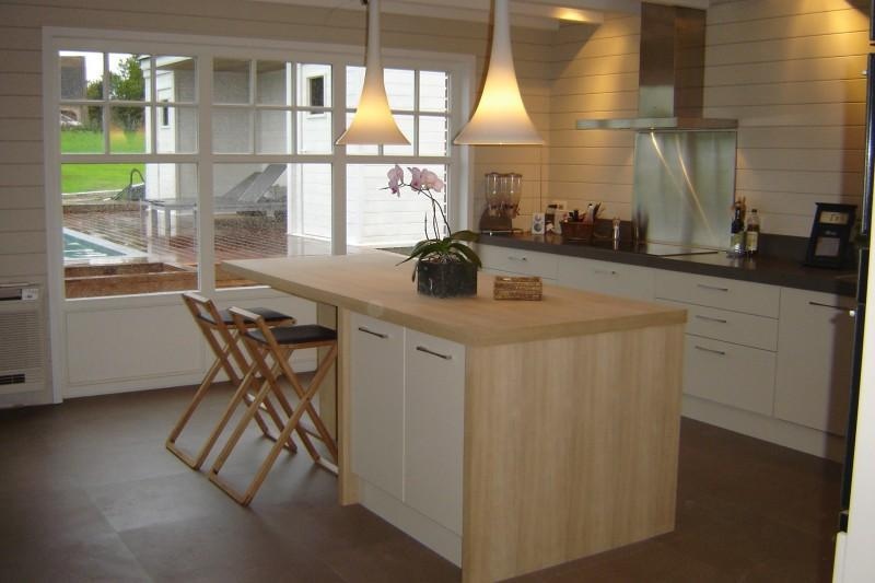 Cuisine blanche avec lot central en bois tendancielle for Ilot centrale blanc