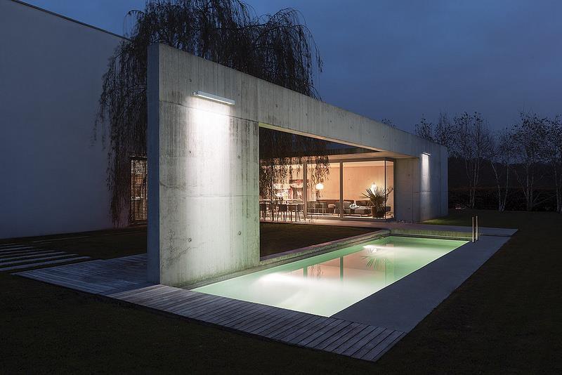 Eclairage de l 39 espace piscine avec appliques murales for Luminaire exterieur mural design
