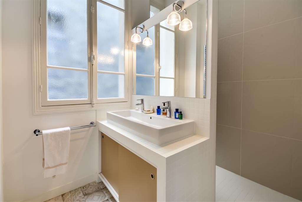 Un appartement haussmannien revisit for Tete de lit separation salle de bain