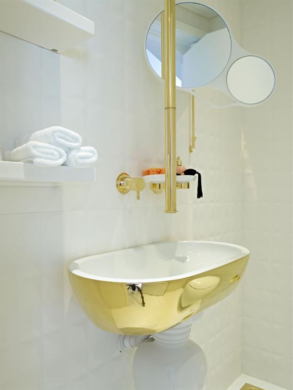 Salle de bain en dor et blanc vick vanlian photo n 80 for Accessoire salle de bain dore