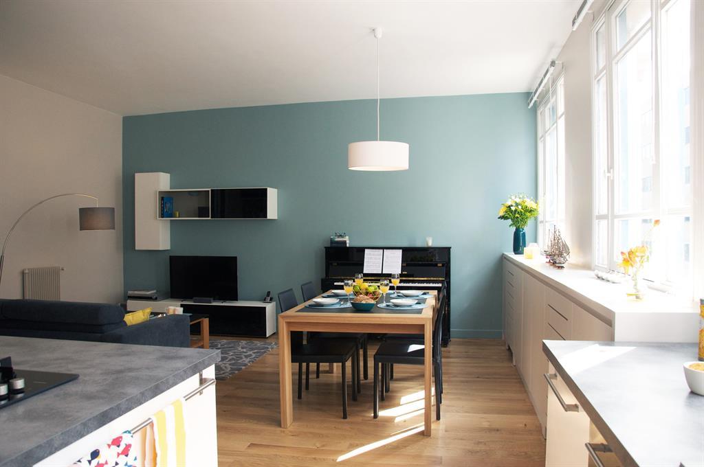 cuisine ouverte sur une pi ce vivre moderne avec mur du. Black Bedroom Furniture Sets. Home Design Ideas