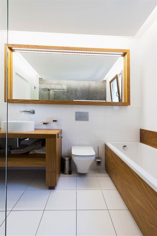 R am nagement d 39 une salle de bain avec mobilier en bois for Mobilier salle de bain bois