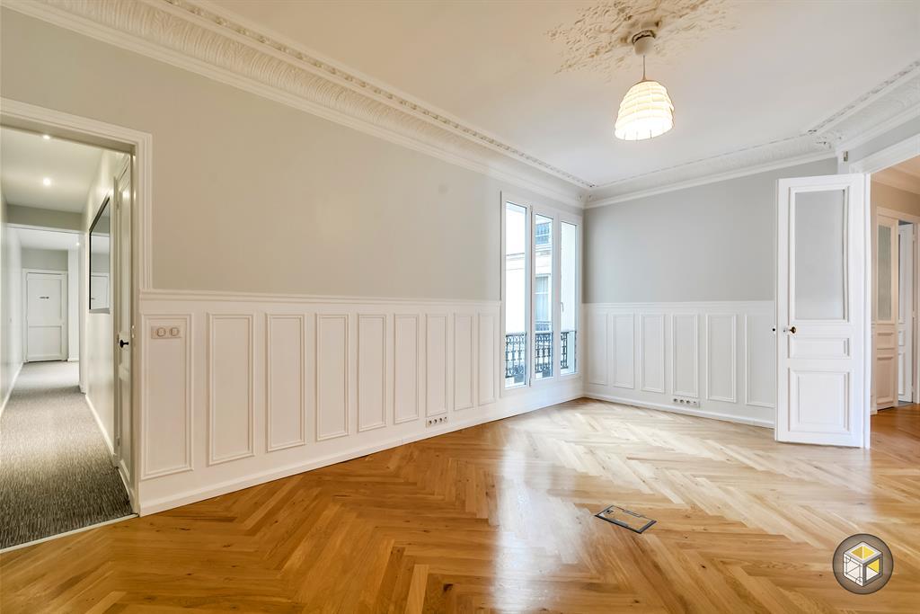 Bureau avec accès au couloir desservant autres bureaux