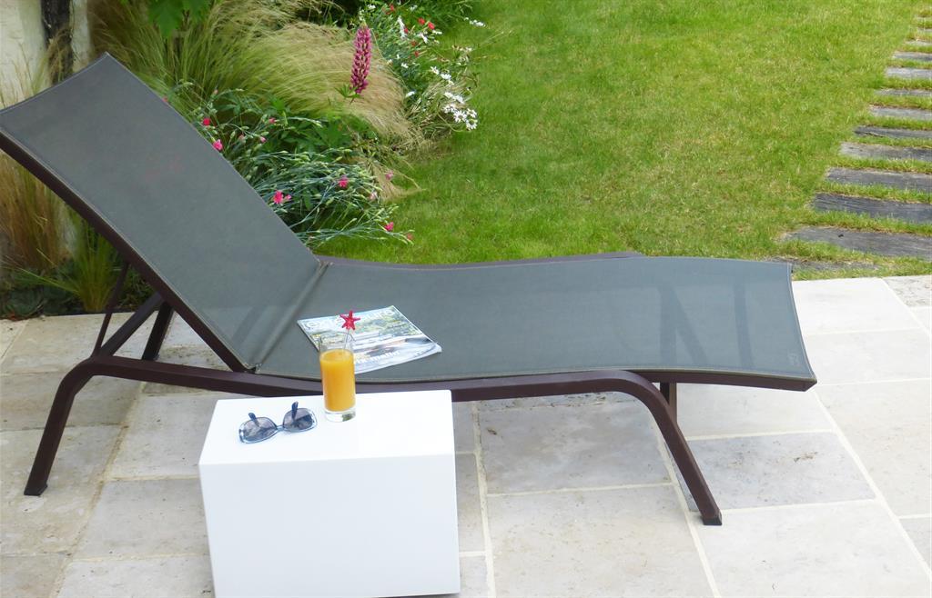 Petite table basse à café sur roulettes pour usage intérieur ou extérieur