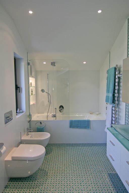 Salle de bain moderne en blanc et bleu vert pascal h ni - Salle de bain blanche et bleu ...
