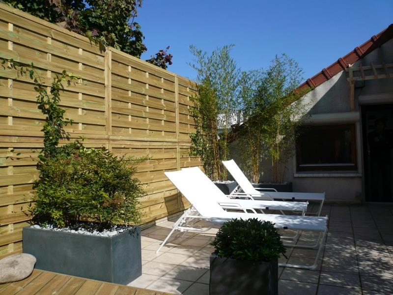 Terrasse paysag e avec jardini res jardins d ombre et lumi re - Jardiniere moderne ...