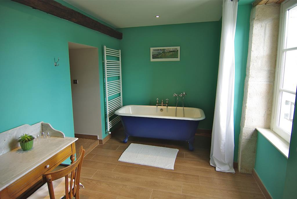 salle de bain turquoise avec baignoire lot agn s vermod. Black Bedroom Furniture Sets. Home Design Ideas