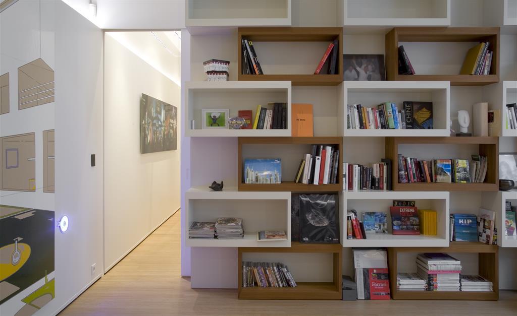 Biblioth que sur mesure avec volumes g om triques blancs et bois - Bibliotheque design sur mesure ...