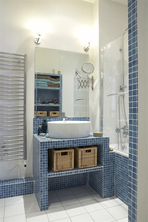 Salle de bain style bord de mer avec des petites mosaïques bleues