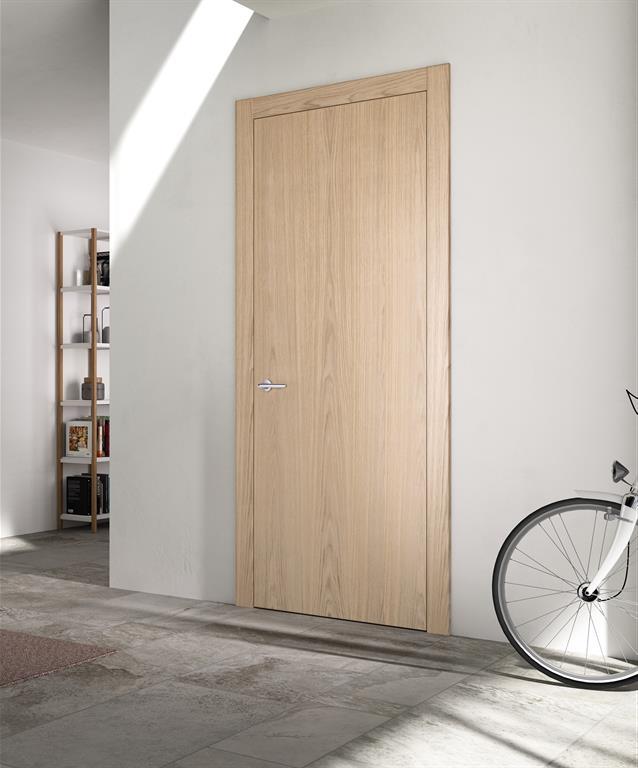Entrée avec porte en bois clair