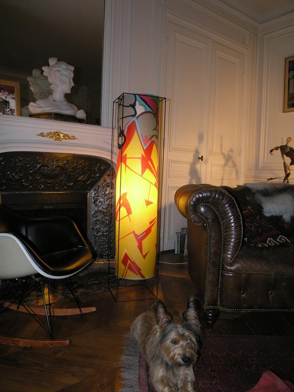 Cette lampe cage graffiti a trouvé sa place dans un intérieur classique haussmannien
