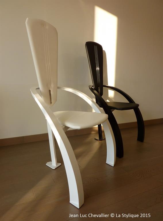 Cette chaise design Triangle en métal et cuir est une création
