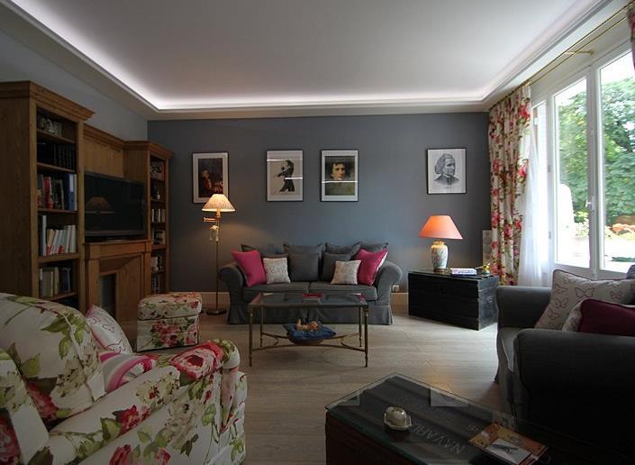 Salon Avec Plafond Blanc Et Murs Cendre Sur Mesure