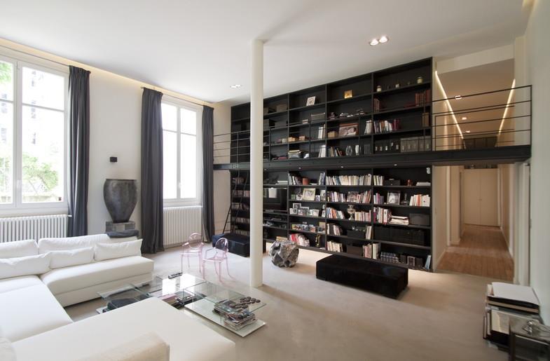 Salon blanc et lumineux avec une grande biblioth que noire for Interieur blanc et lumineux