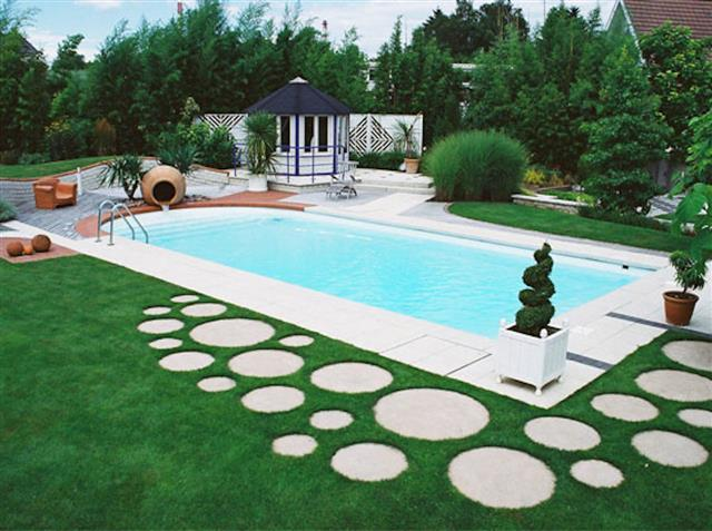 Piscine moderne dans le jardin sadifel bobbera piscines for Jardin 200m2 avec piscine