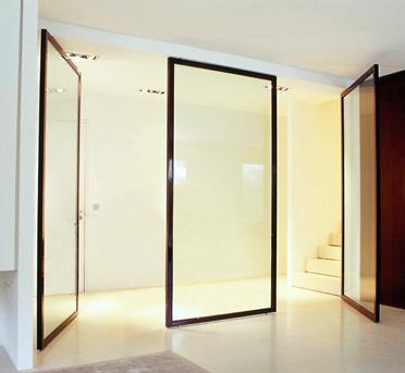 Couloir avec cloisons mobiles en verre