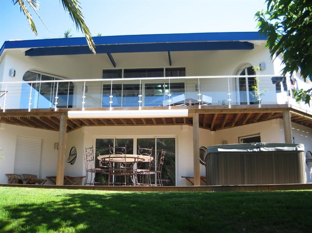 Maison moderne avec balcon et terrasse dehens photo n 03 for Photos terrasse maison