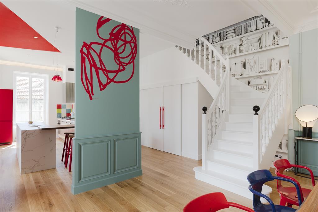 Image L'escalier blanc tranche avec les couleurs murales