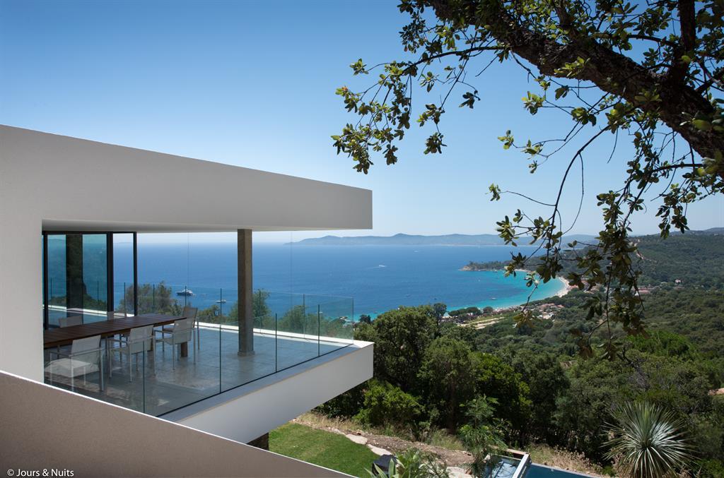 Maison contemporaine surplombant la mer