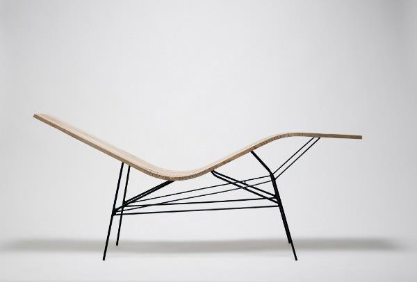 Chaise longue en bois cintré avec piétement en acier noir