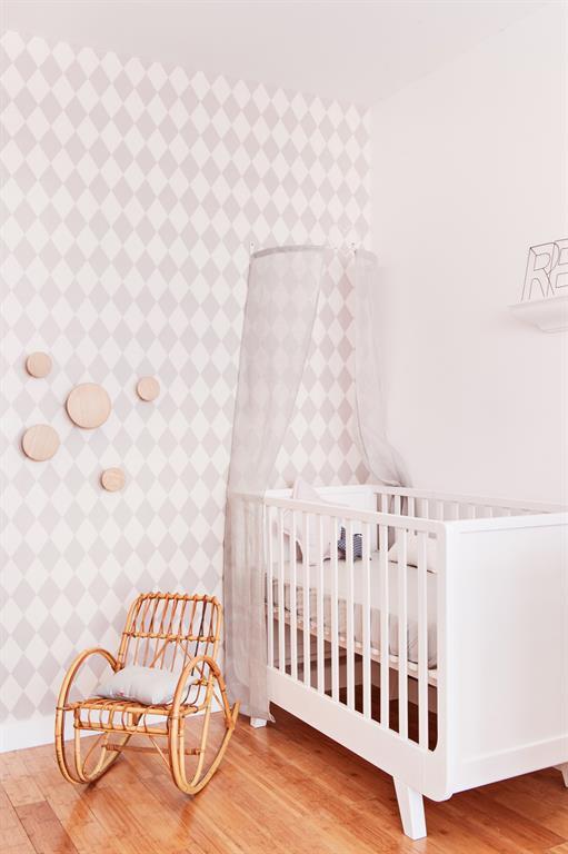 Le papier peint gris et blanc sur un mur apporte un effet