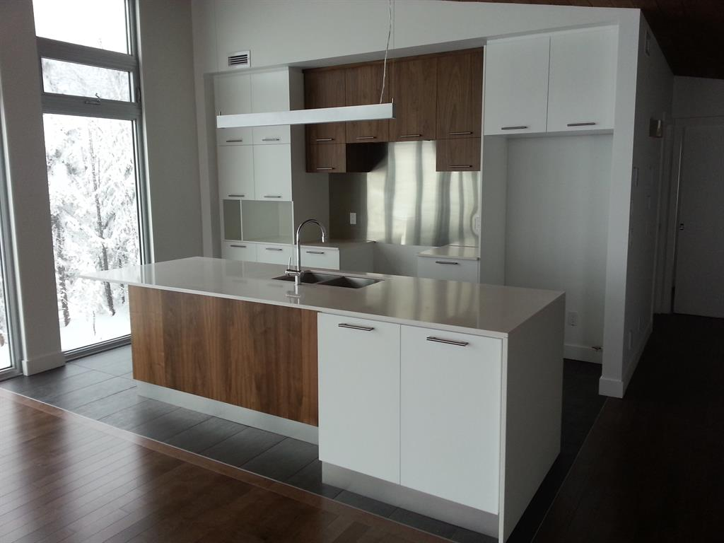 Cuisine contemporaine blanche et bois maisons la prise for Cuisine contemporaine bois massif design