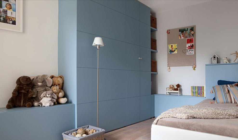 chambre de gar on bleue avec meuble de rangement en bois. Black Bedroom Furniture Sets. Home Design Ideas