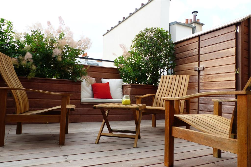 terrasse de ville en bois avec jardini res et banc int gr s. Black Bedroom Furniture Sets. Home Design Ideas