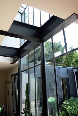 verri re toute hauteur avec vue sur le jardin anthony costa. Black Bedroom Furniture Sets. Home Design Ideas