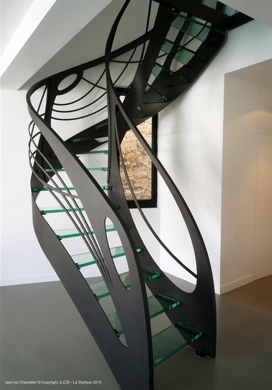 Image Cet escalier design débillardé en verre de style Art Nouveau lastylique