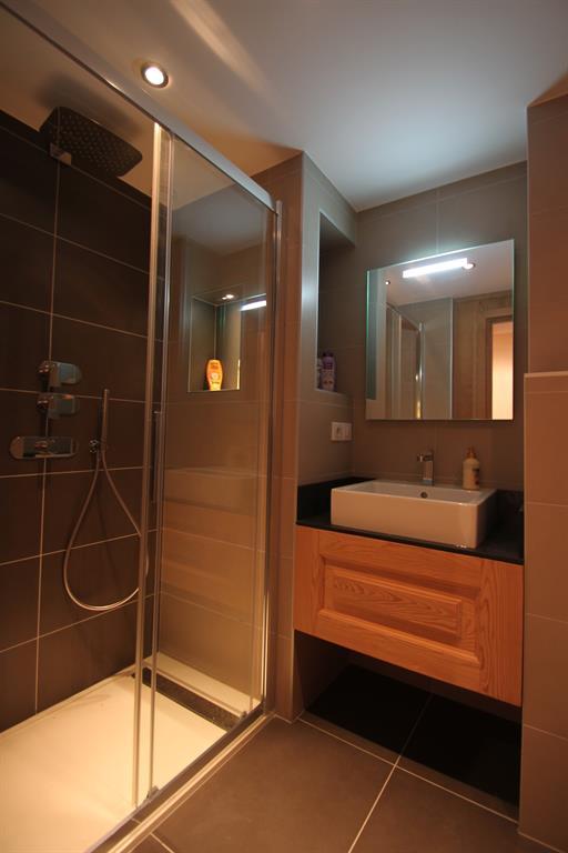 Salle de bain moderne, douche à l'italienne.
