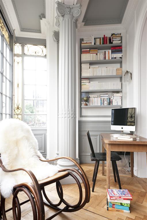 Image Mobilier de bureau moderne dans un intérieur à colonnades Fusiond