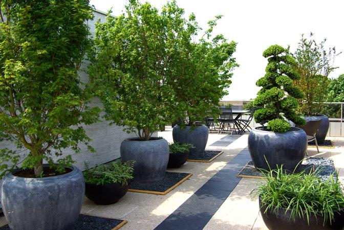 jardin terrasse avec pots en pierres noires folia paysagiste. Black Bedroom Furniture Sets. Home Design Ideas