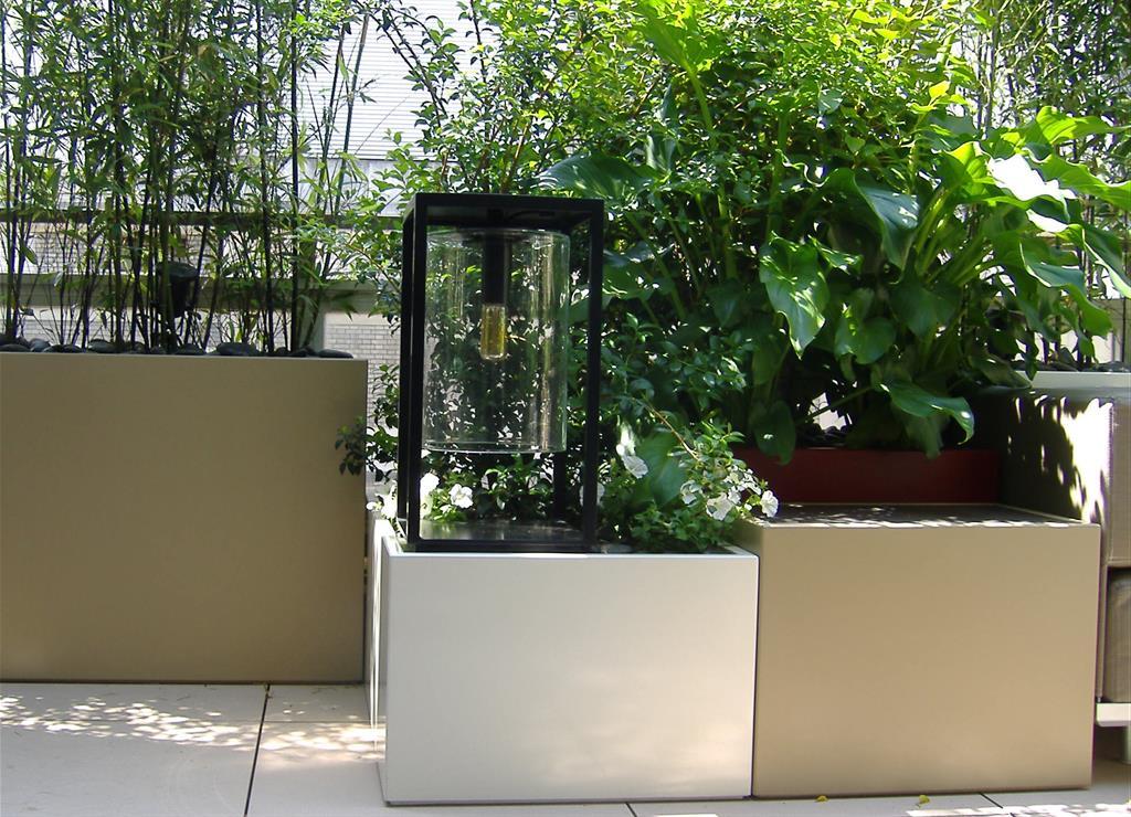 Jardinières blanches et grises sur un balcon
