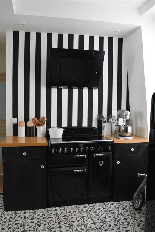 Une cuisine mise en scène dans un écrin de rayure