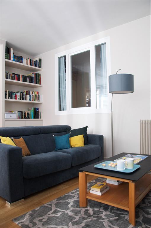 Confort garanti dans ce salon moderne et coloré Les Murs ont ...