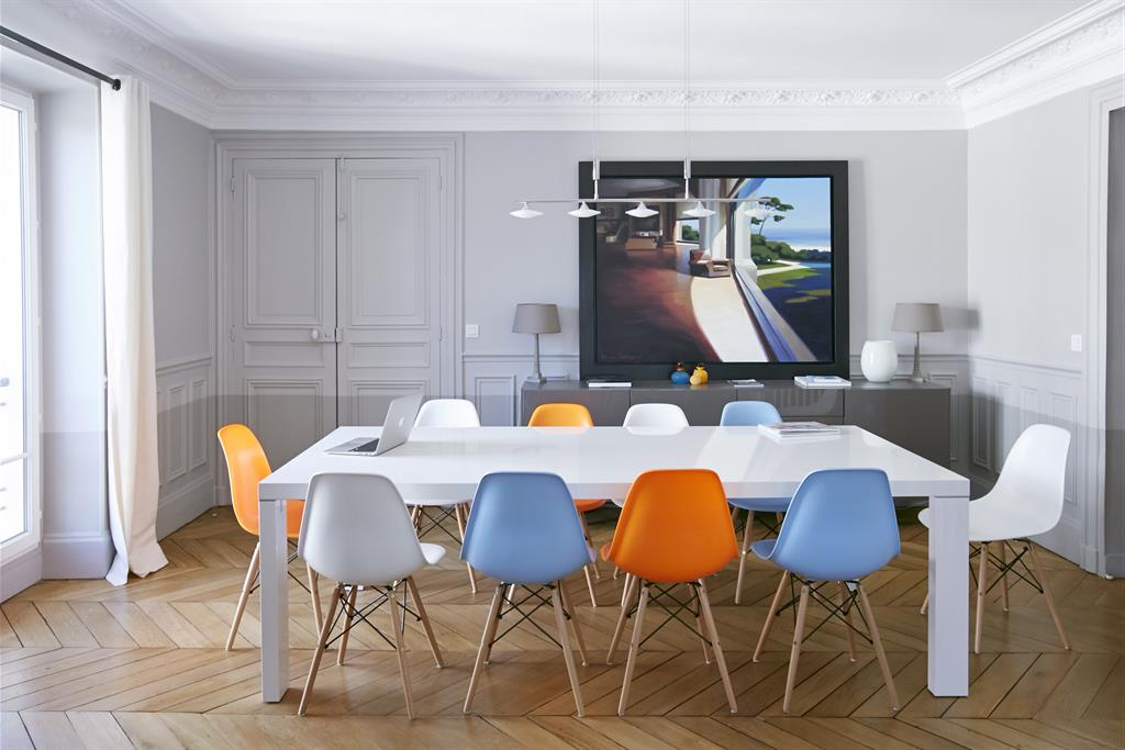 salle manger avec chaises eames multicolores bertille bosset. Black Bedroom Furniture Sets. Home Design Ideas
