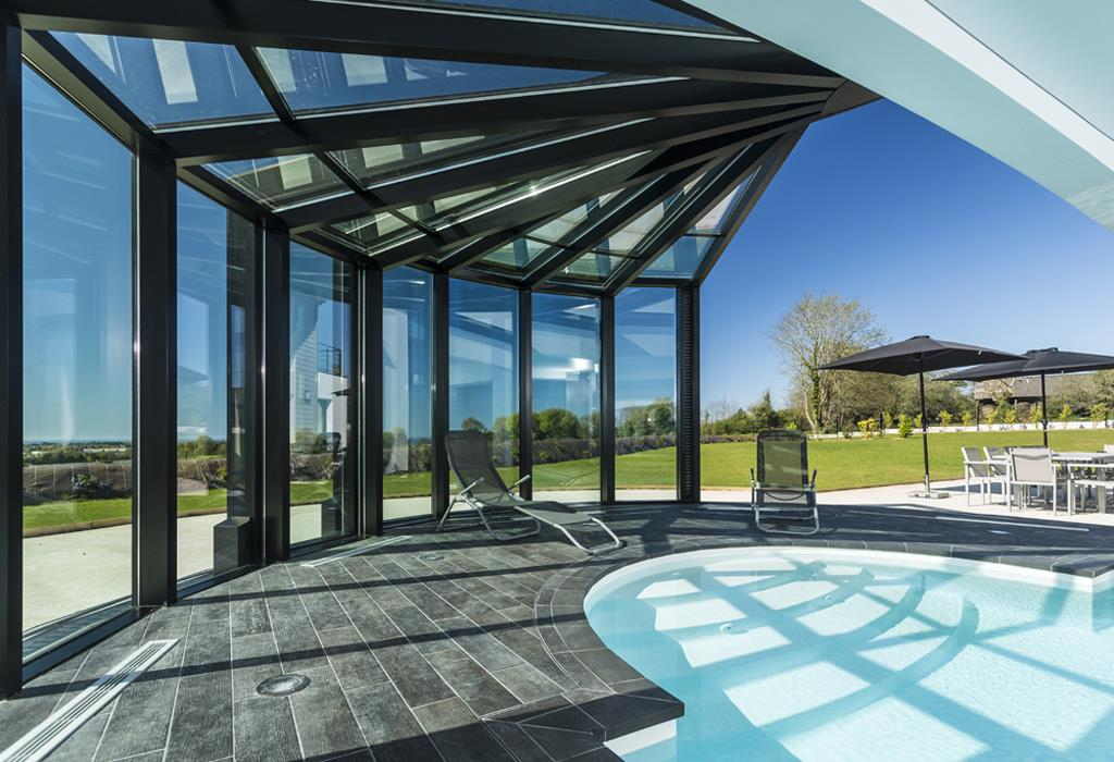 Piscine semi ouverte gr ce une v randa ouverture int grale for Veranda moderne piscine