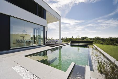 Maison avec piscine naturelle par emmanuelle lartilleux for Piscine design contemporaine