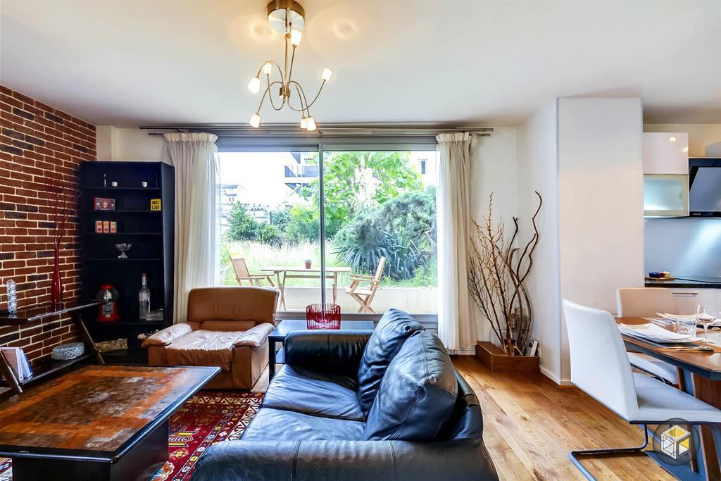 salon avec acc s direct l 39 ext rieur par la baie vitr e. Black Bedroom Furniture Sets. Home Design Ideas
