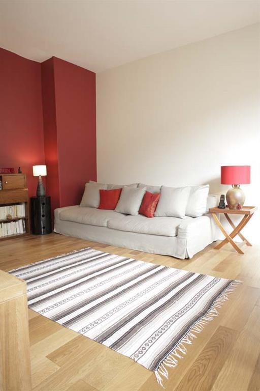 Le tapis à rayures verticales permet d'allonger la pièce