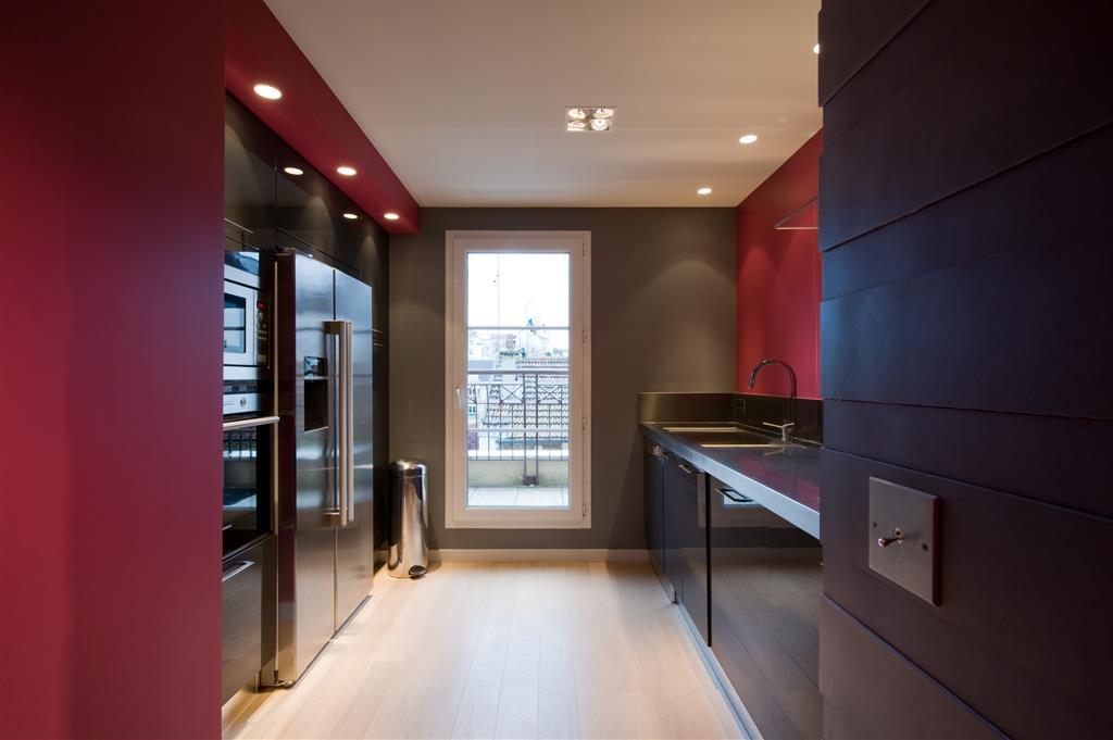 Image Petite cuisine aux couleurs sombres SK concept Paris
