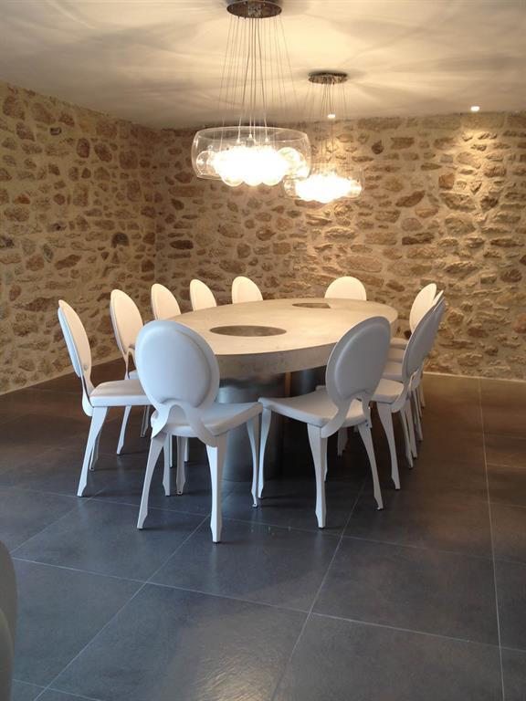 Domdeco Créations a imaginé une table de salle à manger en béton