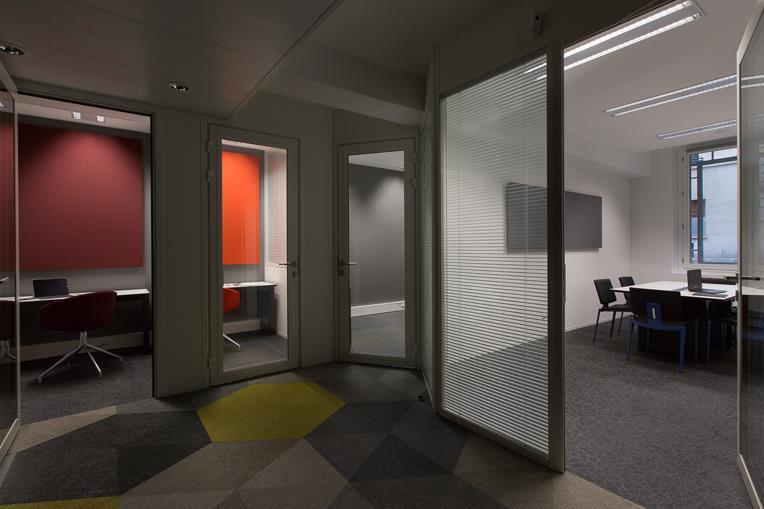 Couloir à moquette graphique entre les différents bureaux de l