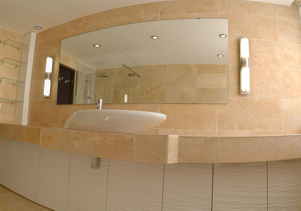Vue sur lavabo ct creation photo n 45 domozoom for Salle de bain de luxe moderne