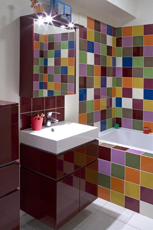 Patchwork de fa ence color e et meubles aubergine les murs - Couleur faience salle de bain ...